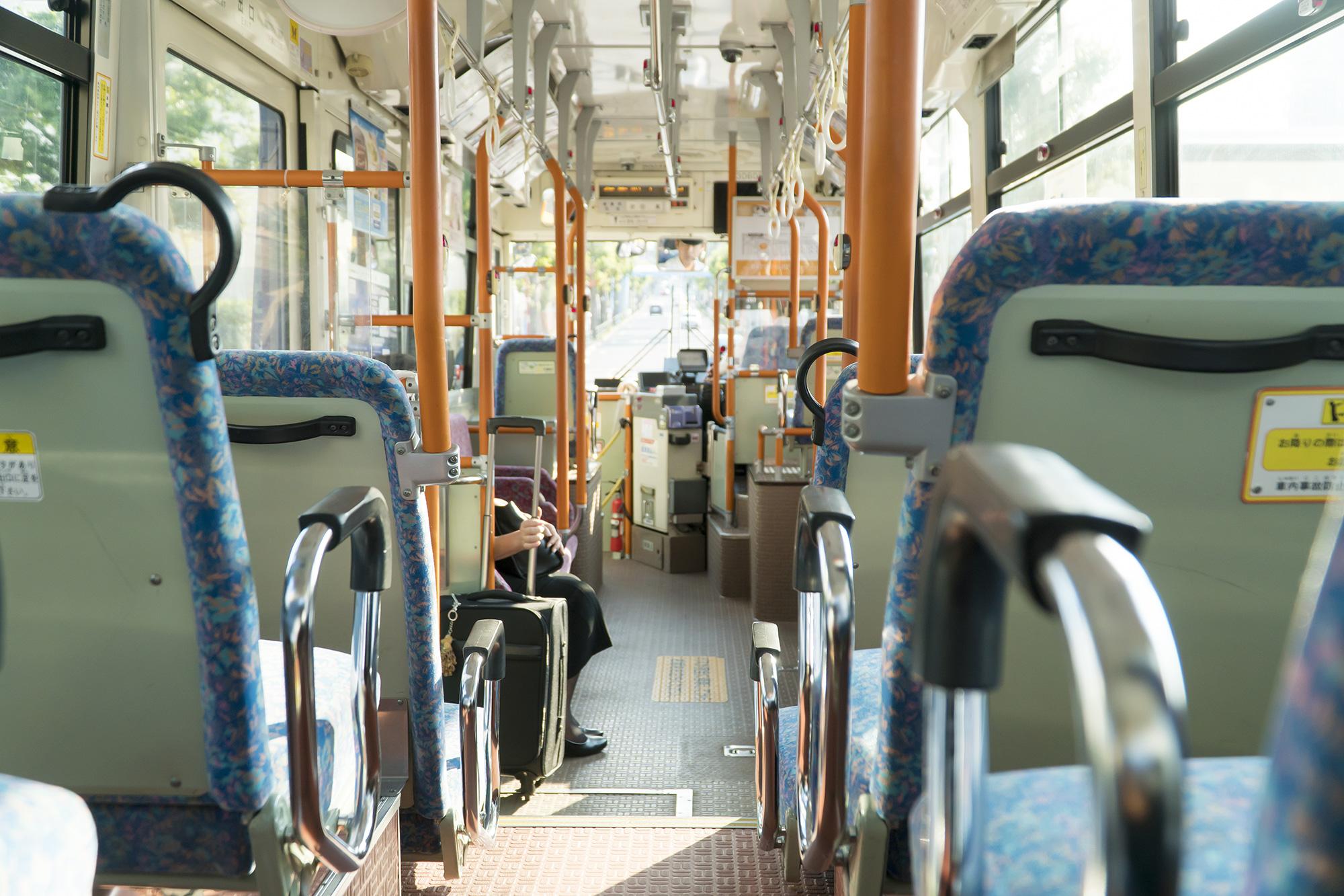 バス車内に